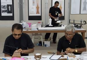 Artesãos preparam peças para cremação de Bhumibol Adulyadej; a cerimônia deve ser no fim do ano Foto: ROBERTO SCHMIDT / AFP