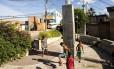 Meninos jogam bola aos pés do Cristo do Tuiuti: morro de São Cristóvão tem cinco mil moradores, e a impressão é de que todos se conhecem