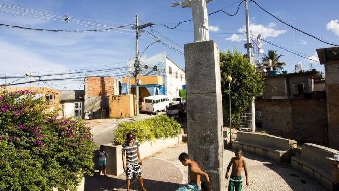 Meninos jogam bola aos pés do Cristo do Tuiuti: morro de São Cristóvão tem cinco mil moradores, e a impressão é de que todos se conhecem Foto: Agência O Globo/Mônica Imbuzeiro