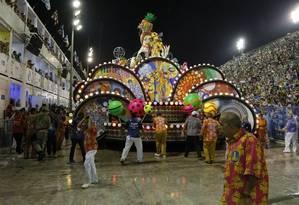 Carro da Paraíso do Tuiuti: problemas desde a concentração Foto: Agência O Globo/Fabio Rossi