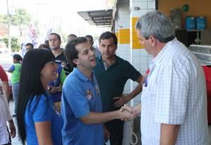 Kiko, ao fundo, observa o deputado Marco Antônio Cabral em ato da campanha em 2014 Foto: Reprodução