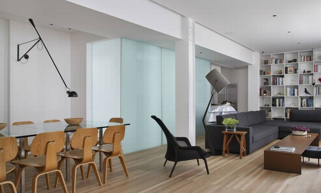 O piso de madeira e o cinza também são frequentes em projetos que levam o estilo em consideração, como este apartamento do arquiteto André Piva Divulgação