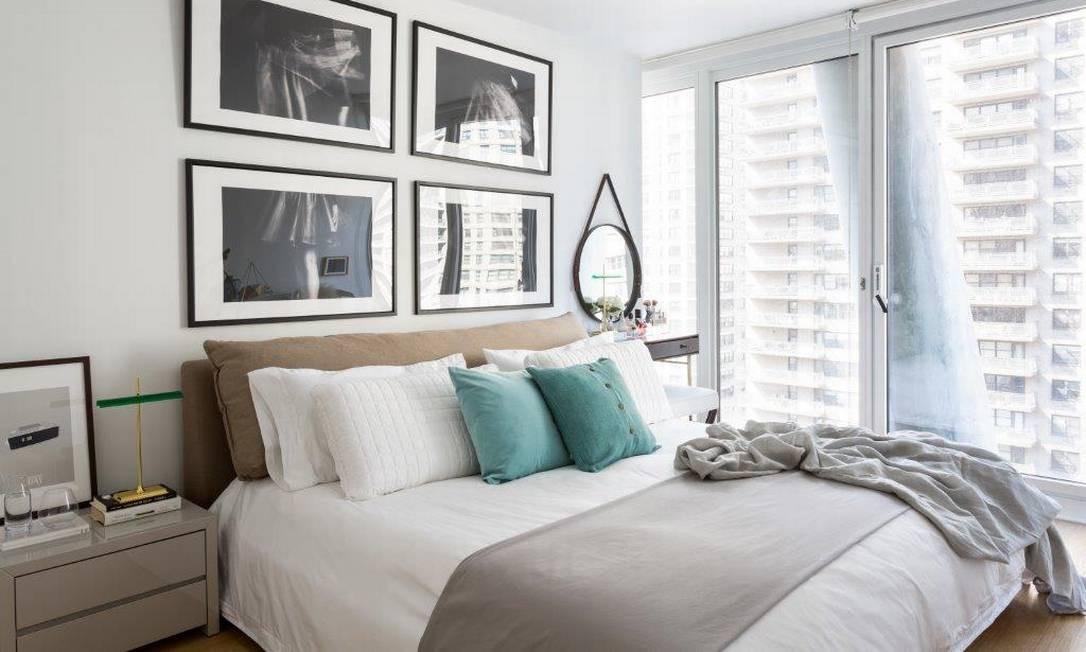 O uso de cinza e branco, com alguns pontos de cor, garantiu um quarto cheio de claridade neste projeto em Nova York do arquiteto Nildo José Divulgação