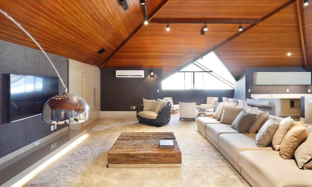 Sótão de uma casa na Barra projetada pela arquiteta Cláudia Pimenta e pela designer de interiores Patricia Franco: o uso do branco aproveita ao máximo a entrada de luz Divulgação
