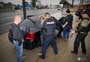 Operação. Oficiais da Divisão de Imigração e Alfândega detém um suspeito durante ação conduzida em Los Angeles Foto: HANDOUT / REUTERS