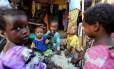 Crianças vivem em condições insalubres em Mogadíscio, capital da Somália
