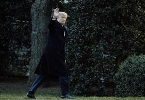 Presidente Donald Trump acena enquanto chega à Casa Branca Foto: Manuel Balce Ceneta / AP