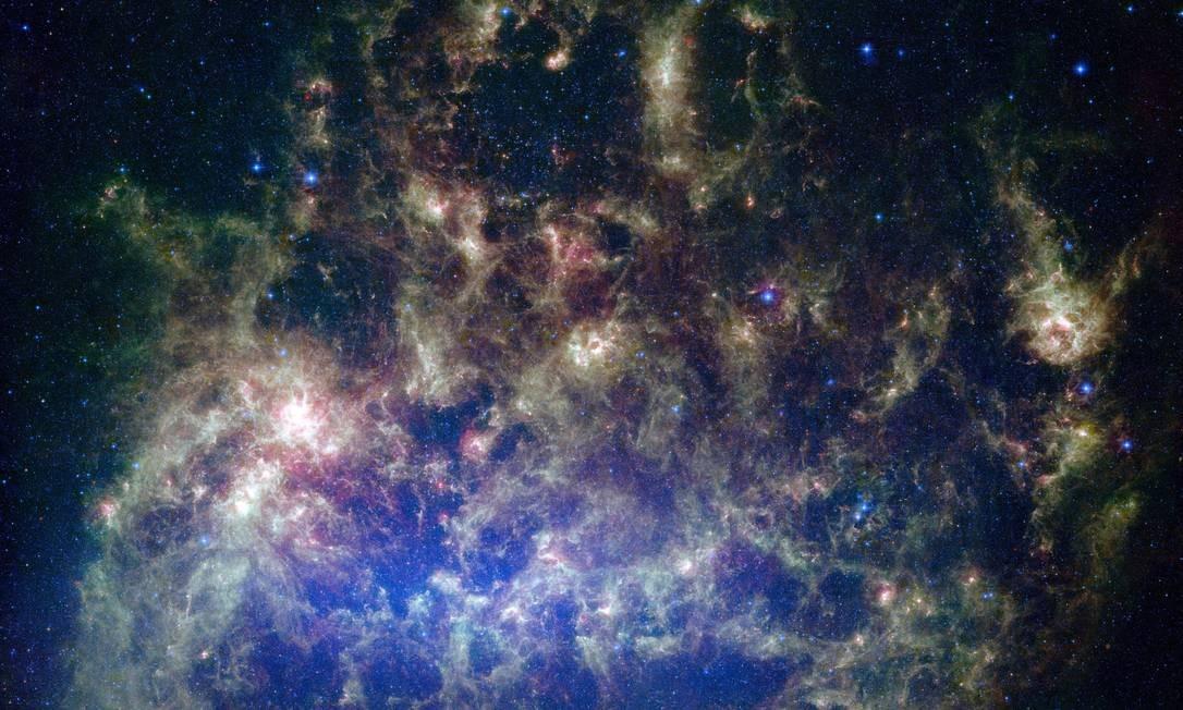 Imagem em infravermelho da Grande Nuvem de Magalhães, galáxia-satélite da Via Láctea, feita pelo telescópio espacial Spitzer, da Nasa: descoberta coloca em xeque noções atuais sobre a evolução das estrelas Foto: Nasa/JPL-Caltech