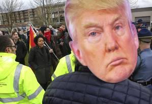 Contra e a favor. Centenas foram às ruas em Washington, no sábado, para apoiar e criticar o presidente: clima pesado no Gabinete Foto: Genna Martin/AP