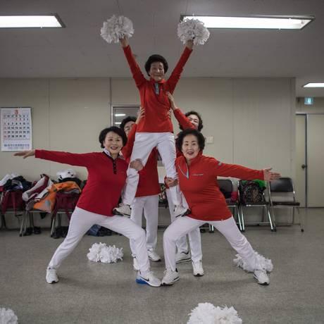 """'Como venho aqui, não preciso de nenhum remédio', disse um das dançarinas do grupo """"Cheer Mommy"""" Foto: ED JONES / AFP"""