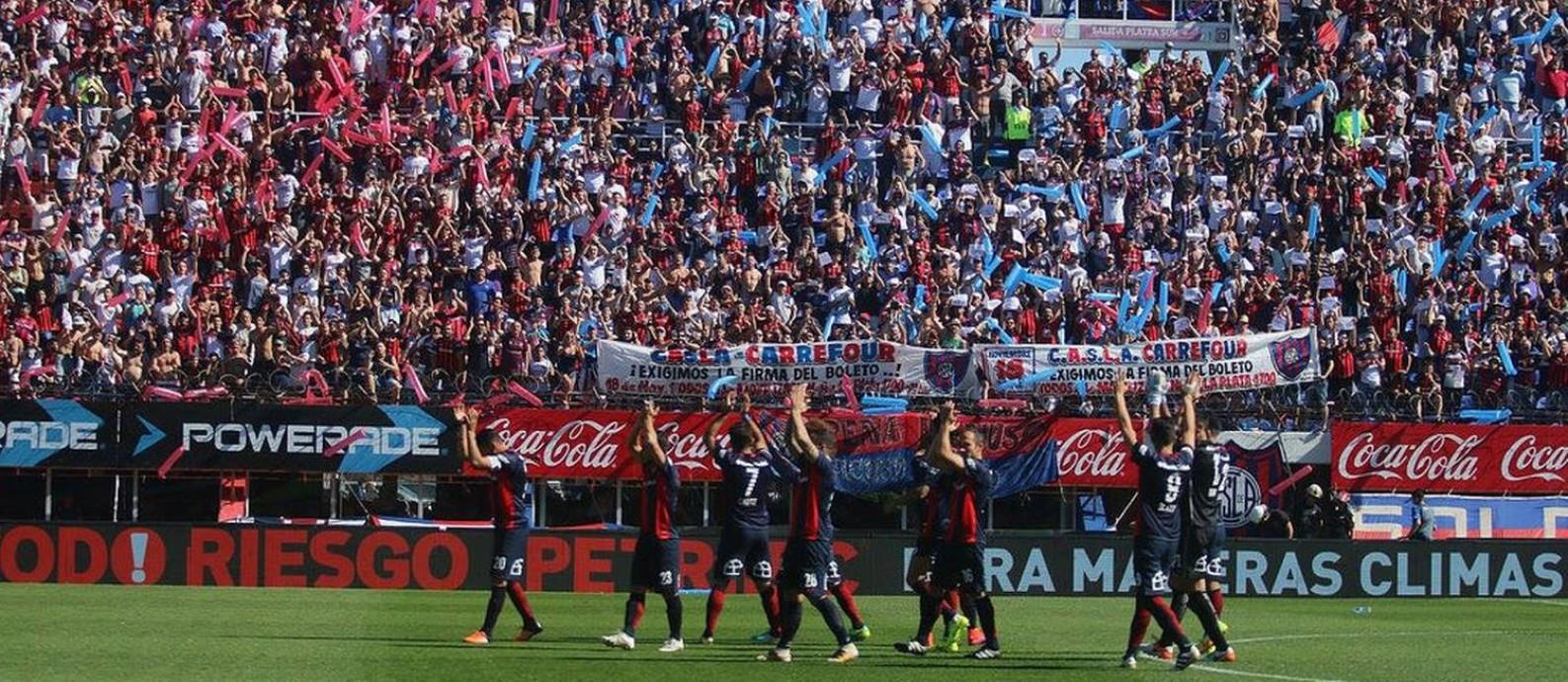 Jogadores do San Lorenzo aplaudem a torcida no Nuevo Gasómetro 649f0afc60bb3