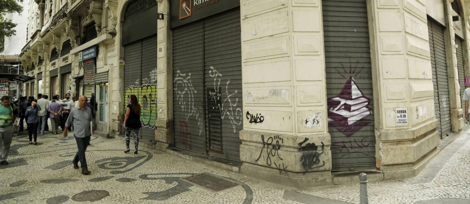 Comércio de portas fechadas no Centro do Rio. Foto de Gabriel de Paiva / Agência O Globo Foto: /