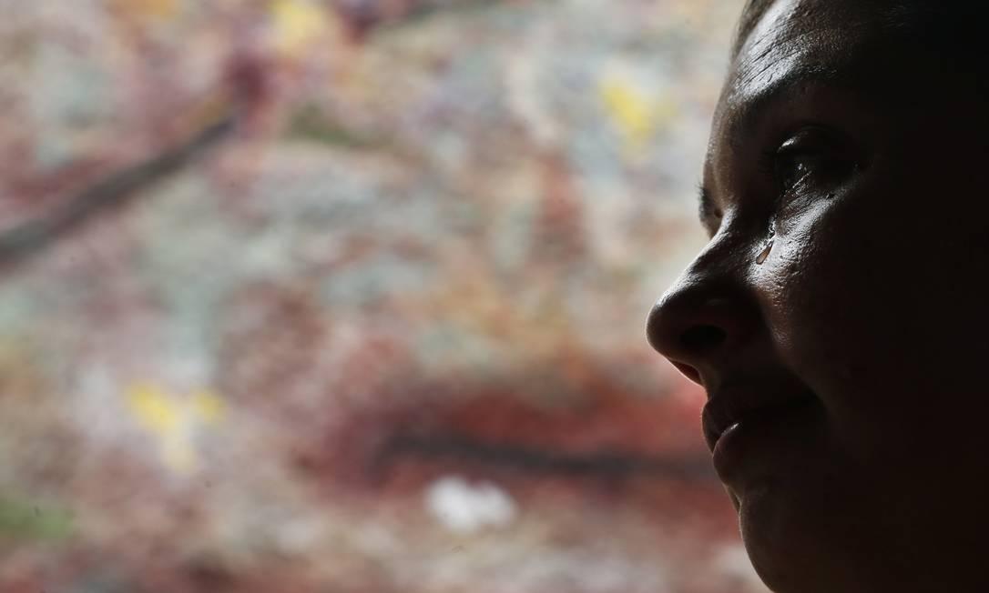 Mulher chora ao recordar a briga com a ex- mulher de seu marido Foto: Antônio Scorza / Agência O Globo