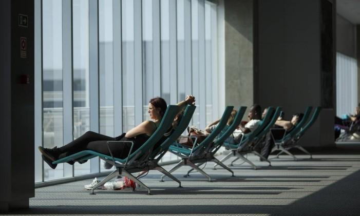 Passageira espera um voo no Aeroporto do Galeão Foto: Fernando Lemos / Agência O Globo
