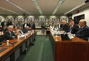 Ministro da Fazenda, Henrique Meirelles, durante reunião com a bancada do PMDB na Câmara dos Deputados sobre reforma da Previdência Foto: Givaldo Barbosa / Agência O Globo