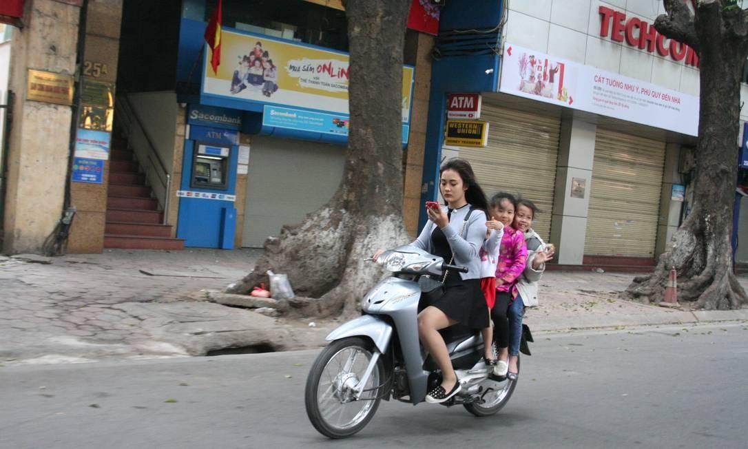 Resultado de imagem para Brasileira flagra jovem olhando celular levando crianças de moto