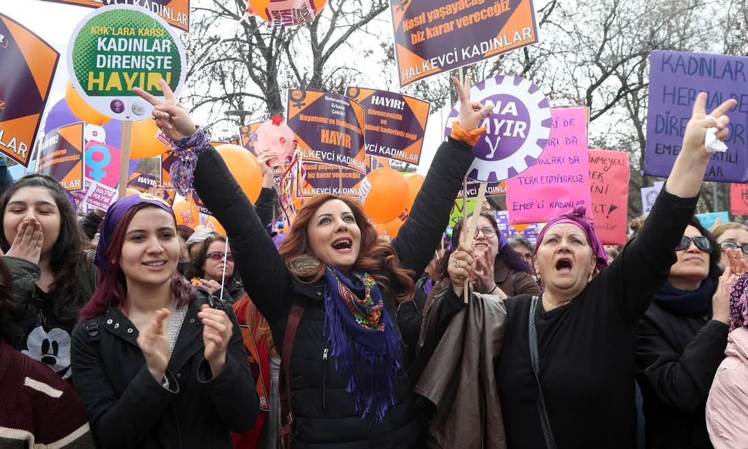 Mulheres protestam em Ancara, na Turquia Foto: ADEM ALTAN / AFP