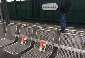 """Mulheres deixam cópias do livro """"Mom & Me & Mom"""", da escritora Maya Angelou, em uma estação de metrô alemã Foto: Twitter / Reprodução"""