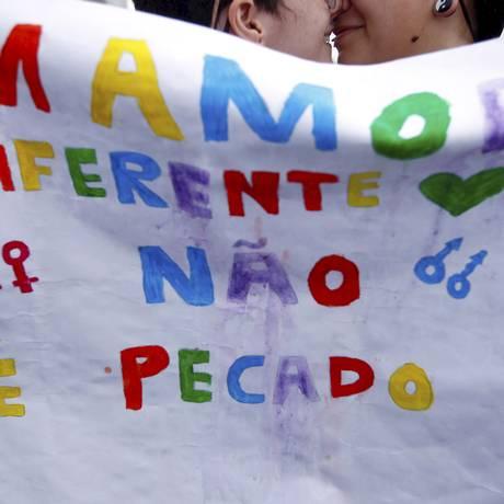 Casal se beija em parada LGBT, no Rio de Janeiro Foto: Thiago Freitas / Agência O Globo