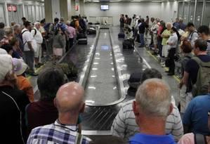 Passageiros aguardam bagagem Foto: Gustavo Miranda / Gustavo Miranda/Arquivo