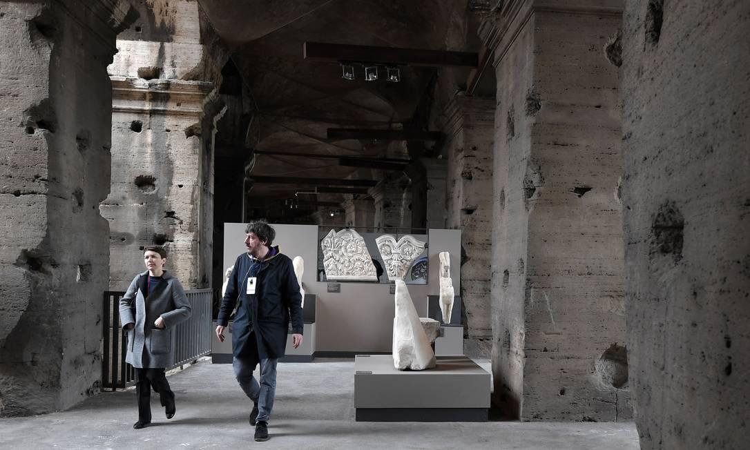 """A exposição """"Colosseo: un'icona"""" (""""Coliseu: um ícone"""") foi montada no nível intermediário do anfiteatro e vai até 7 de janeiro de 2018. Ela está incluída no ingresso para a zona arqueológica, que custa 12 euros e vale também para o Fórum Romano e o Palatino. Tiziana Fabi / AFP"""