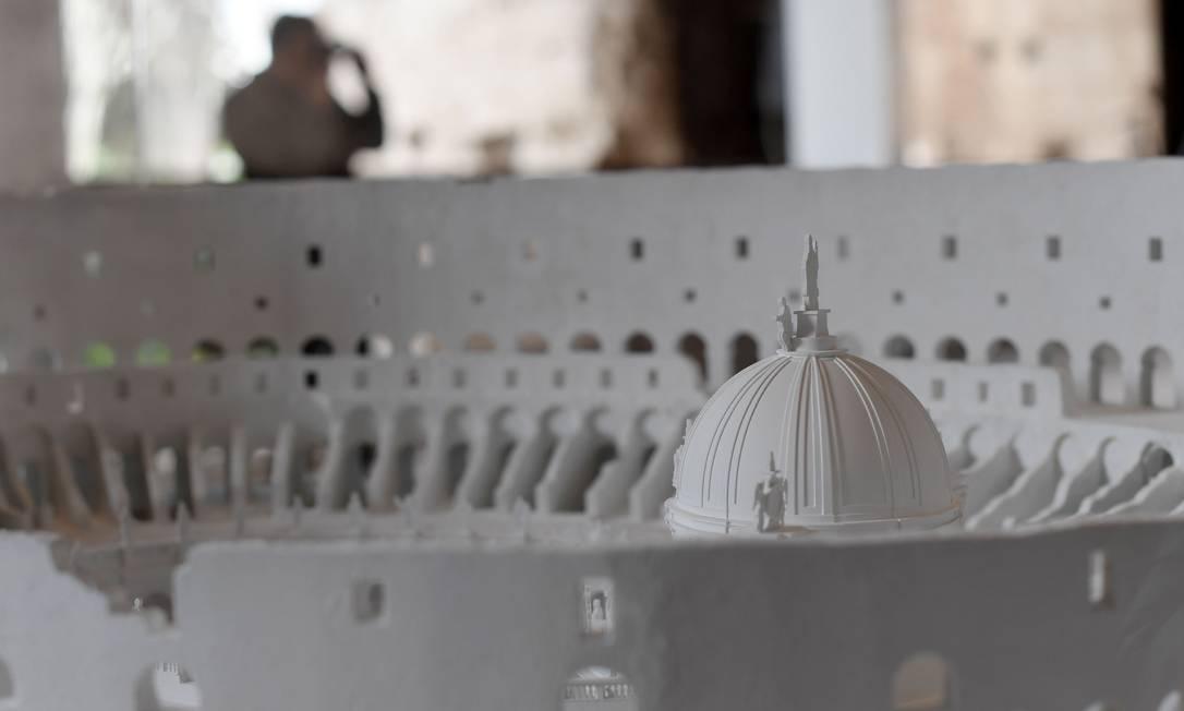 Uma maquete mostra como poderia ser o Coliseu em plena Idade Média, quando foi convertido em um forte e chegou a ter casas, lojas e até uma igreja. Essas estruturas, de madeira, foram destruídas por um forte terremoto em 1349. Tiziana Fabi / AFP