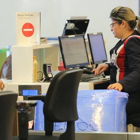 Passageiros fazem check-in no aeroporto de Brasília Foto: André Coelho
