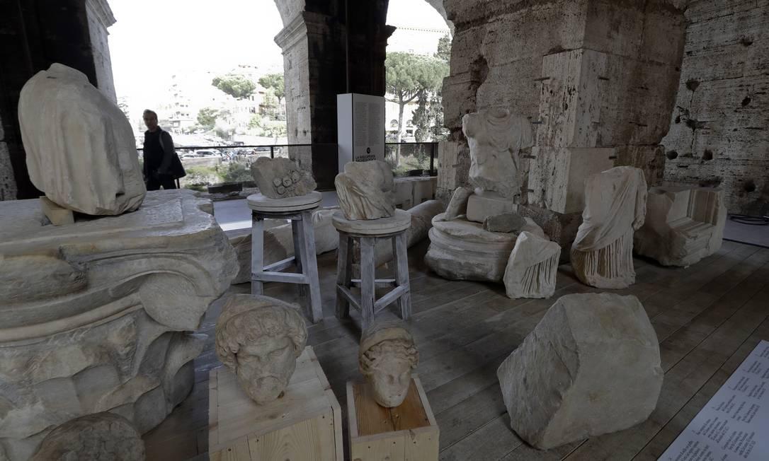 A mostra exibirá diversos artefatos encontrados no Coliseu. De acordo com arqueólogos, a maior parte dos traços da ocupação medieval do lugar se perdeu ao longo das escavações do século XIX, quando quase toda a marcenaria foi retirada para ser usada em restaurações em outras partes de Roma. Andrew Medichini / AP
