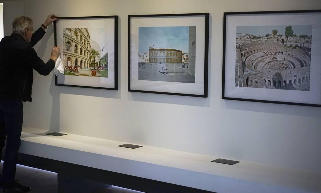 Fotos de empreendimentos inspirados no anfiteatro romano, como o hotel Colosseum, em Rust (Alemanha), o Cesar Palace, em Las Vegas, e a réplica do próprio Coliseu em um parque temático de Rimini, na Itália, também fazem parte da exposição. Andrew Medichini / AP