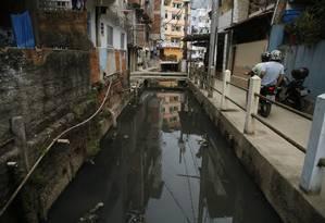 Esgoto a céu aberto. Obras de saneamento básico, na Muzema, eram uma promessa do projeto Bairro Maravilha , que está paralisado Foto: Agência O Globo