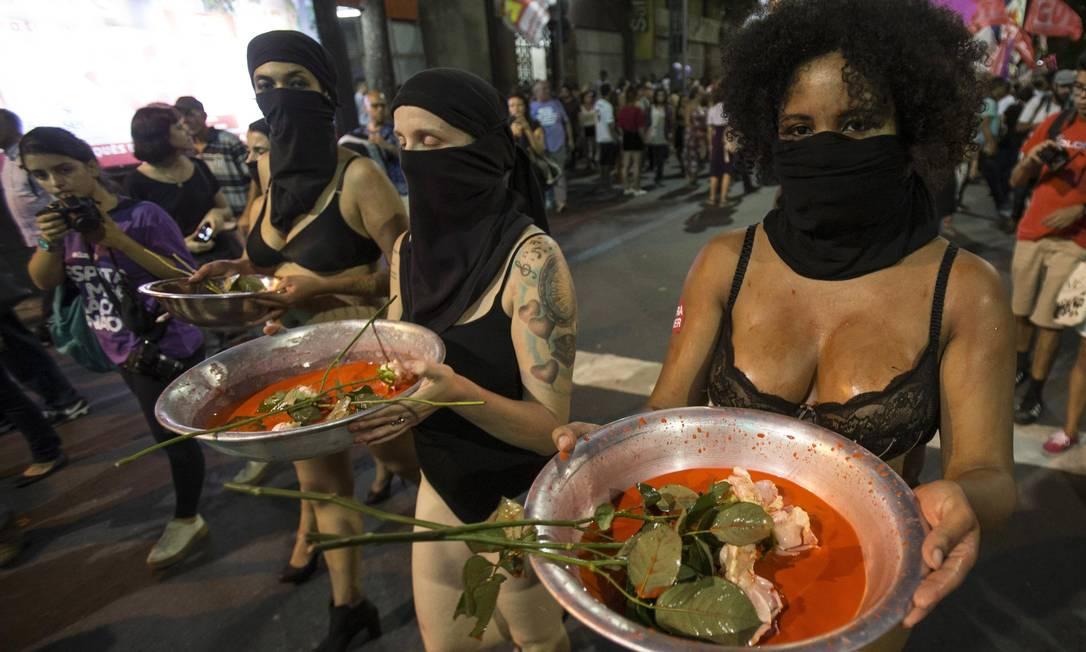 Centenas de mulheres fazem uma passeata no Centro do Rio Foto: Alexandre Cassiano / Agência O Globo