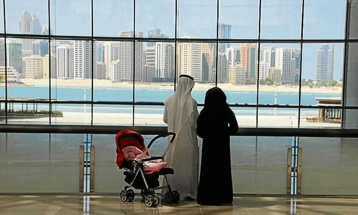 Casal com trajes típicos em Abu Dhabi Foto: Eduardo Maia / Agência O Globo