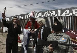 Unidos contra Trump. Na fronteira, manifestantes satirizam Peña Nieto, Tio Sam e o presidente americano: país vive incerteza após polêmicas iniciativas de deportação dos EUA Foto: Christian Torres / AP/26-2-2017
