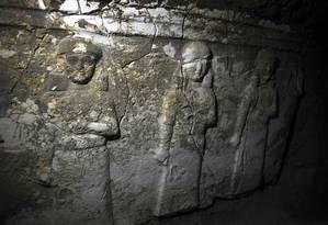 Figuras gravadas na rocha mostram sacerdotes e cerimônias religiosas Foto: ARIS MESSINIS / AFP