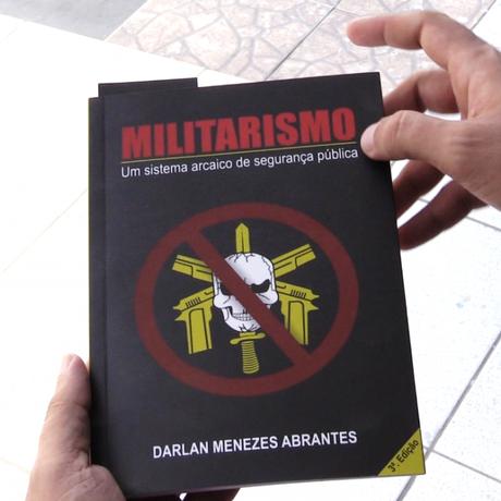 O livro do ex-policial militar Darlan Menezes Abrantes Foto: Divulgação