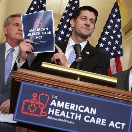 Líder republicano Paul Ryan segura cópia de novo plano para a saúde do governo Trump, que poderá substituir Obamacare Foto: CHIP SOMODEVILLA / AFP