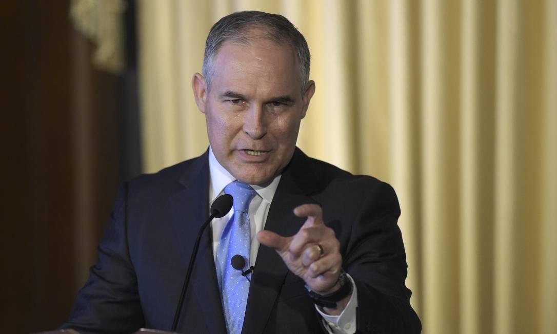 Foto de arquivo mostra o novo chefe da Agência de Proteção Ambiental dos EUA, Scott Pruitt, falando com funcionários no último dia 21: para ele, emissões de CO2 das atividade humana não estão contribuindo para o aquecimento global Foto: Susan Walsh / AP/Susan Walsh