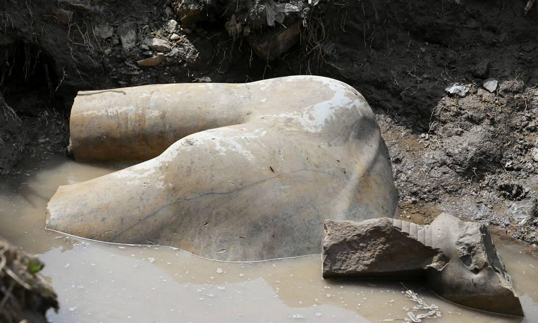 O torso da grande estátua que os arqueólogos acreditam ser do faraó Ramsés II, que governou o Egito há 3 mil anos, ainda mergulhado no lençol de água onde foi encontrado Foto: REUTERS/MOHAMED ABD EL GHANY