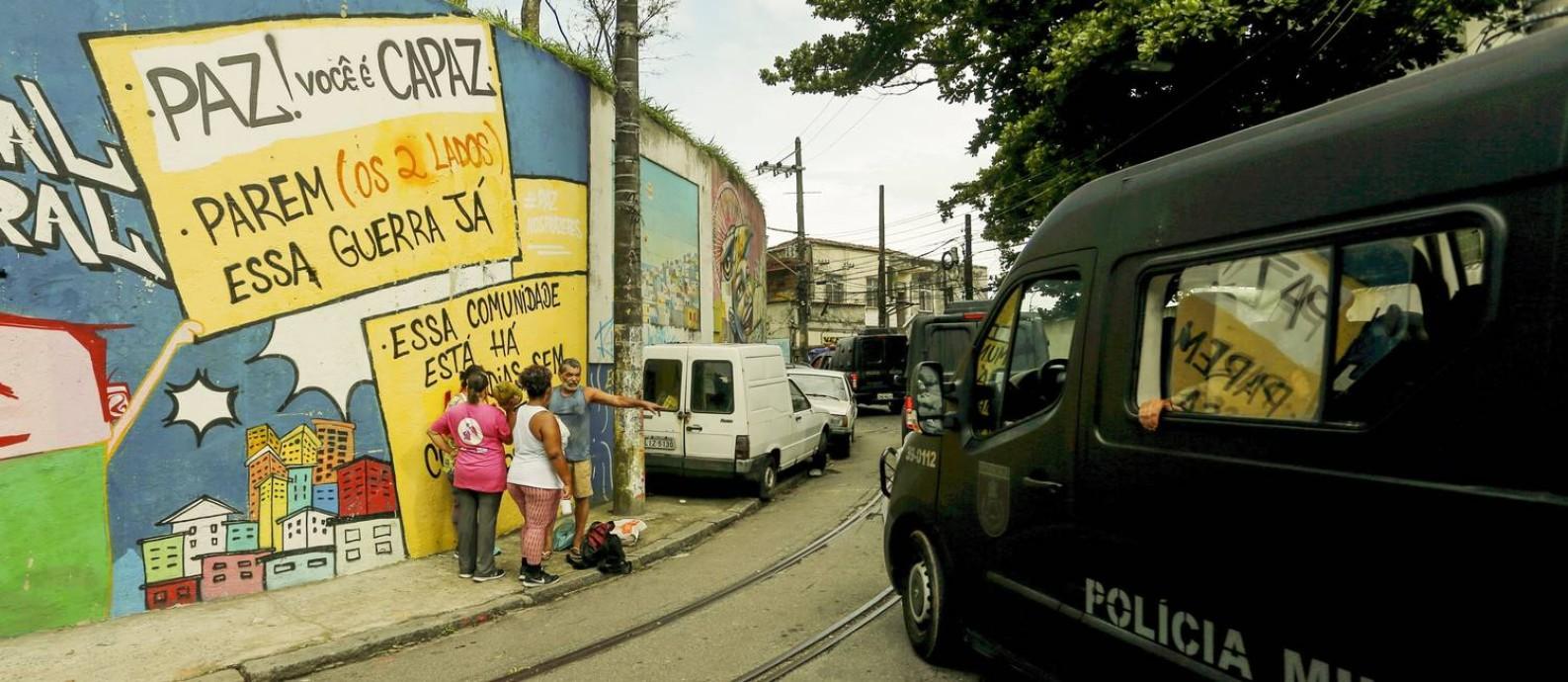 No principal acesso ao Morro dos Prazeres, em Santa Teresa, moradores pedem paz em mural Foto: Gabriel de Paiva / Agência O Globo