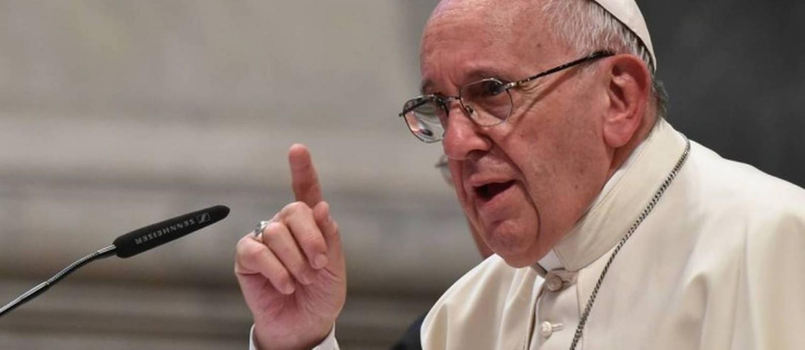 """O Papa Francisco fala durante evento recente: em entrevista ao jornal alemão """"Die Zeit"""" disse considerar ordenar os 'viri probati', homens casados, aposentados e com tempo e que construíram um longo compromisso na Igreja Foto: AFP"""