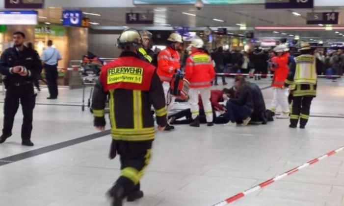 Funcionários de emergência atendem pessoa ferida em ataque a estação Foto: Reprodução/Bild