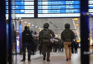 Policiais antiterror investigam cena de ataque com machado em estação ferroviária de Dusseldorf Foto: DAVID YOUNG / AFP