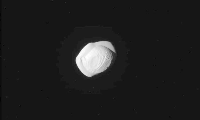 Sonda da nasa mostra que uma das luas de saturno tem for Mostra nasa