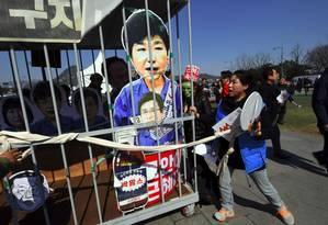 Ativistas anti-Park pedem prisão da ex-presidente, que foi destituída por um processo de impeachment na Coreia do Sul Foto: JUNG YEON-JE / AFP