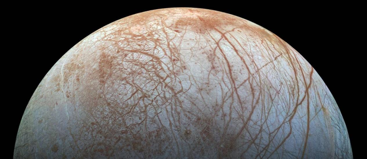 A enigmática superfície da lua de Júpiter Europa vista pela sonda Galileo, também da Nasa, no fim dos anos 1990: áreas em azul e branco são gelo quase puro, mas as avermelhadas e marrons contêm outros materiais em maiores concentrações que podem ser sinal de contato do oceano sob o gelo com um núcleo rochoso Foto: Nasa/JPL-Caltech/Instituto SETI