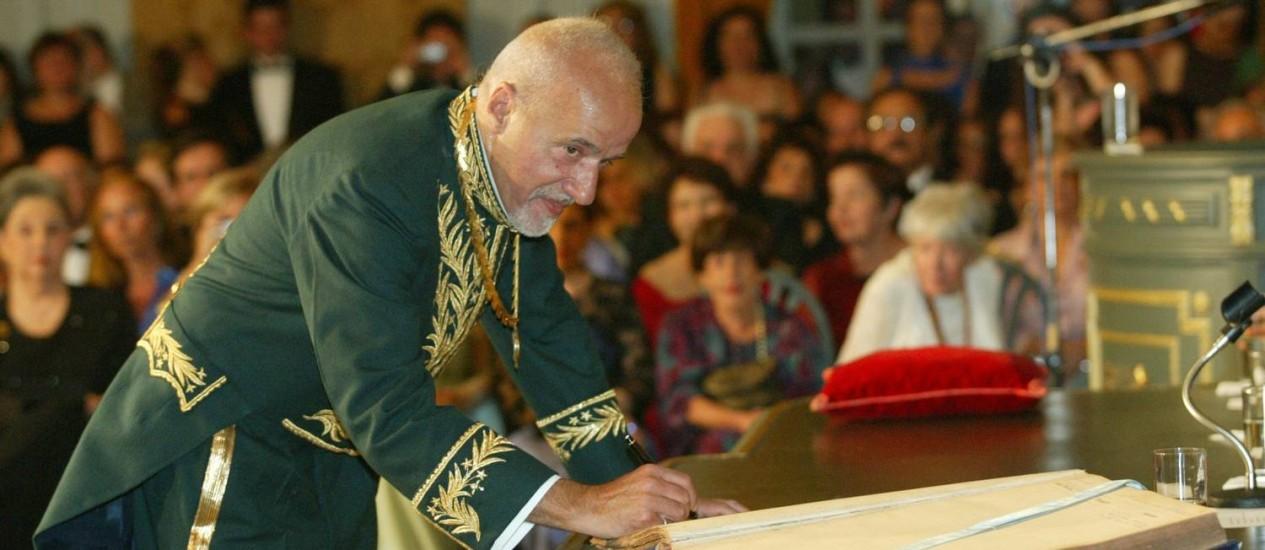Coelho em sua posse na Academia Brasileira de Letras, em 2002 Foto: Marizilda Cruppe / Agência O GLOBO