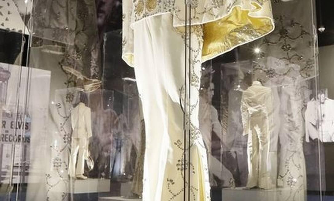 Um dos trajes usados pelo cantor durante suas apresentações Mark Humphrey / AP