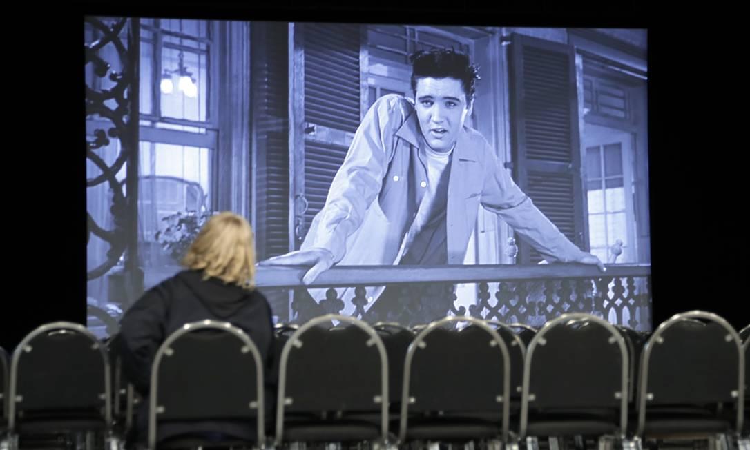 """Mulher vê o filme """"King Creole"""" no complexo de Memphis Mark Humphrey / AP"""