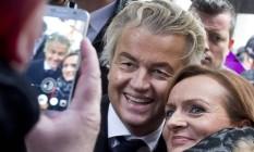 Líder da extrema-direita holandesa, Geert Wilders, posa com eleitores durante campanha em Breda, na Holanda Foto: Peter Dejong / AP