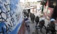 'Paz vigiada'. Soldados da Minustah fazem a patrulha em favela em Cité Soleil, uma das mais pobres do país: alguns temem que segure diminua